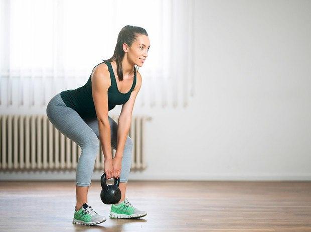 Задействуйте гантели, утяжелители и спортивные резинки