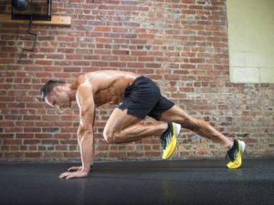 Мужчина выполняет упражнение альпинист