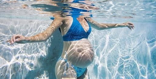 Беременная занимается в бассейне