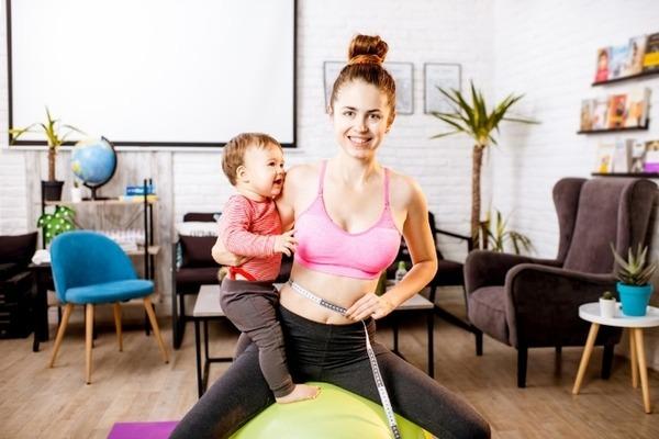 Кормящая мать с ребенком