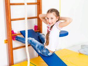 Упражнение для развития пресса на детском спортивном комплексе