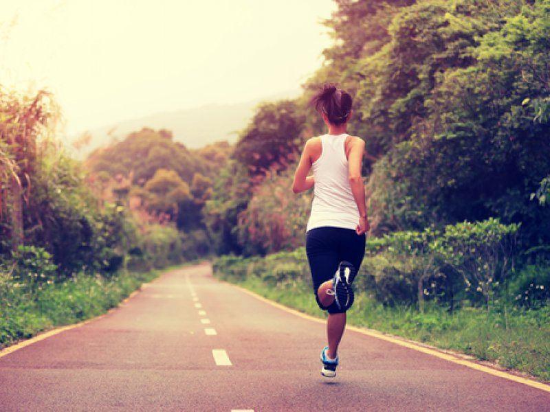 Беременная бежит по дороге