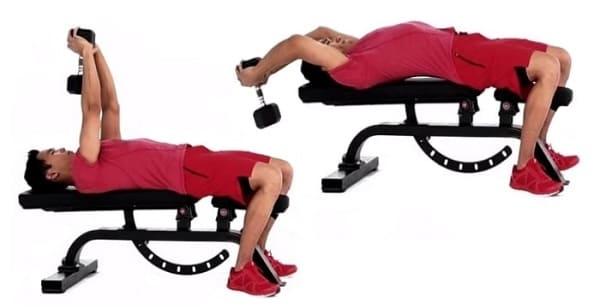 Ложитесь на скамью для выполнения упражнения пуловера
