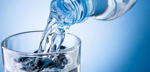 Вода наливающаяся из бутылки в стакан