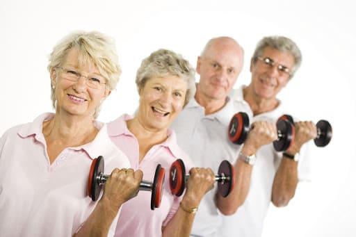 Пожилые люди с гантелями