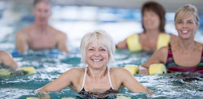Женщины в бассейне