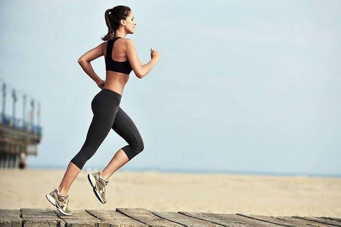 Девушка бежит вдоль моря