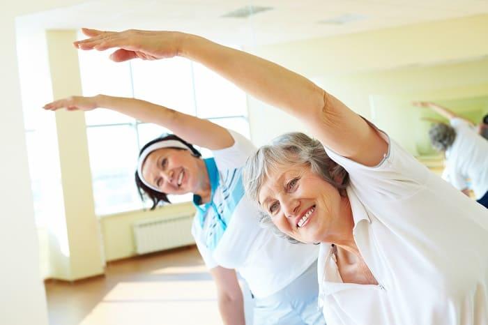 Две женщины выполняют упражнения