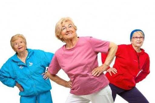 Пожилые женщины занимаются фитнесом