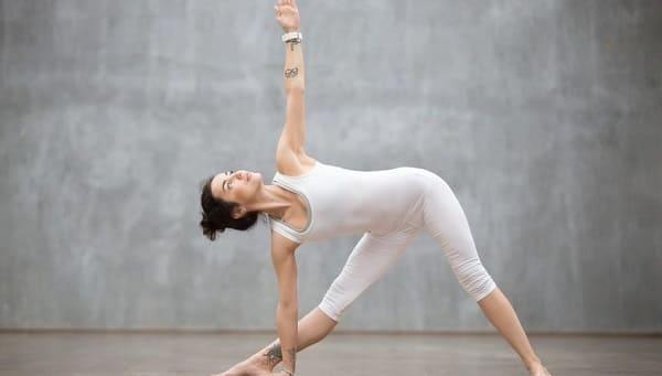 Поза треугольника поможет растянуть мышцы