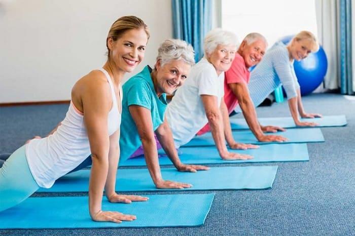 Групповое занятие фитнесом для пожилых