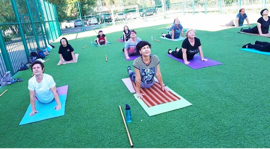 Группа пожилых женщин занимаются фитнесомн
