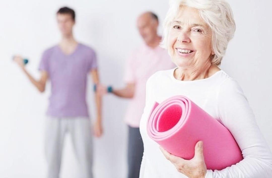 Женщина с фитнес ковриком
