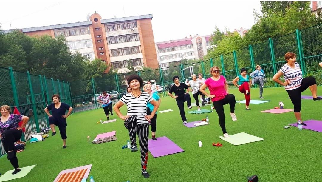 Группа после 50 занимается фитнесом