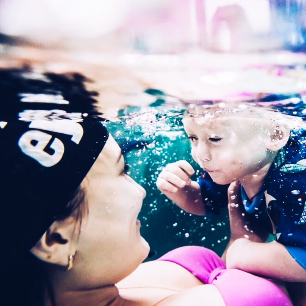 Грудничок с мамой в бассейне