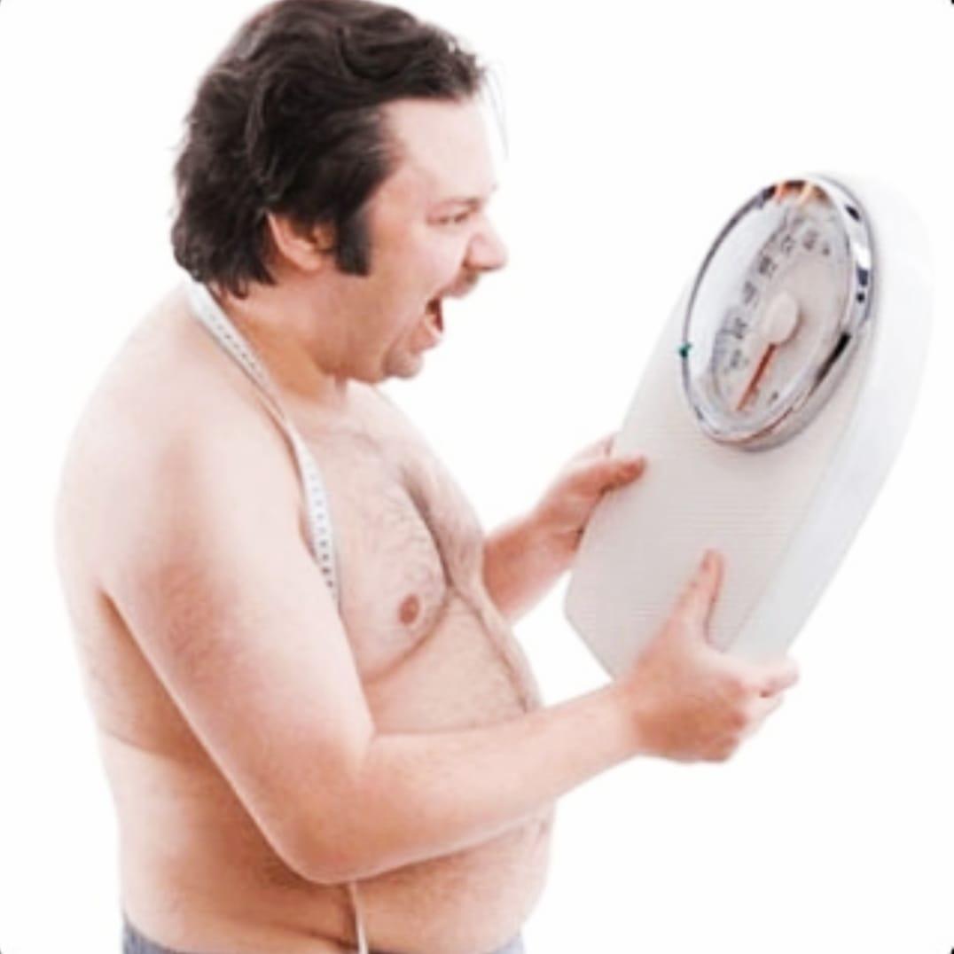 Мужчина в ужасе при взгляде на весы