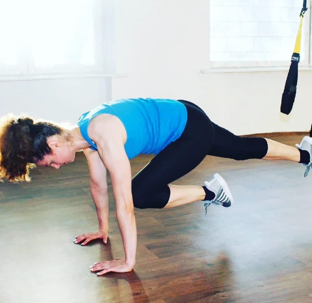 Женщиа выполняет упражнение альпинист