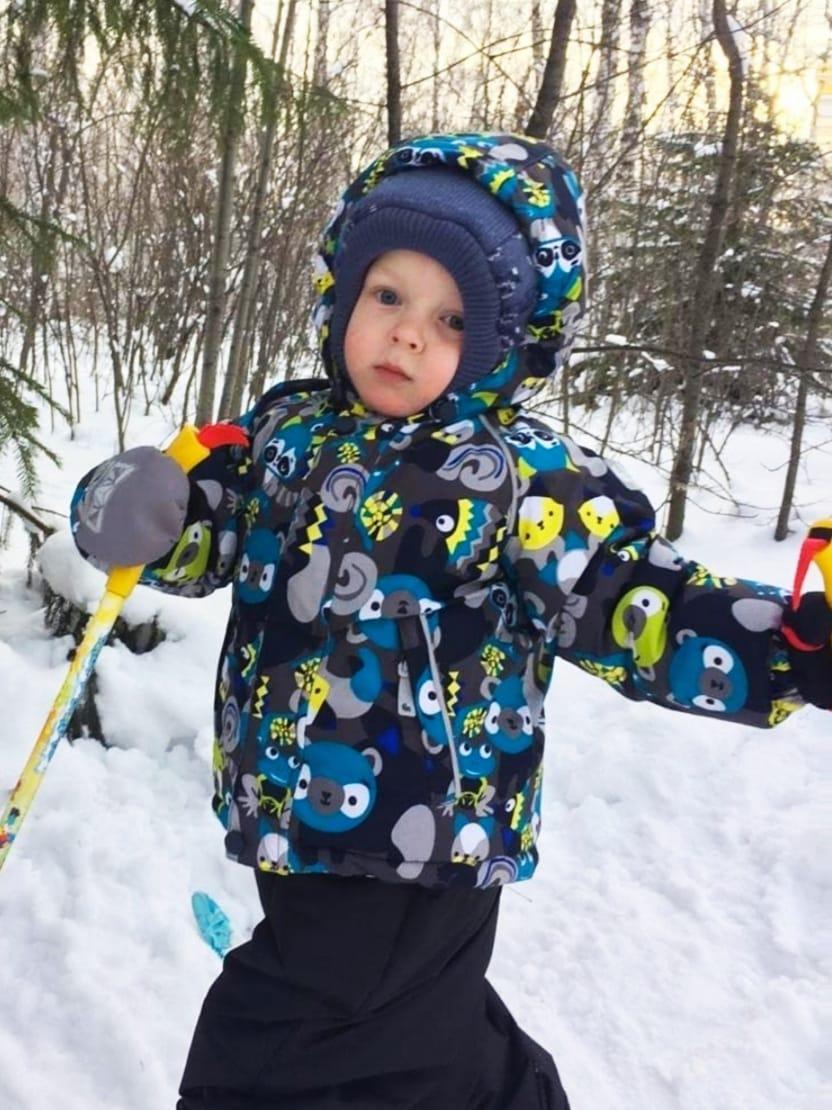 Ребенок учится кататься на лыжах