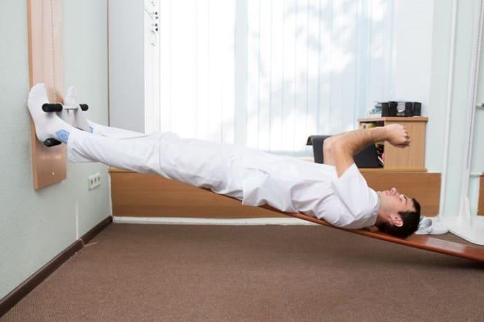 На тренажере Евминова выполняются упражнения на растяжку