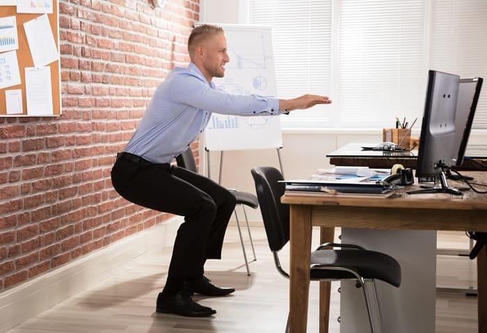 Приседания можно выполнить на рабочем месте