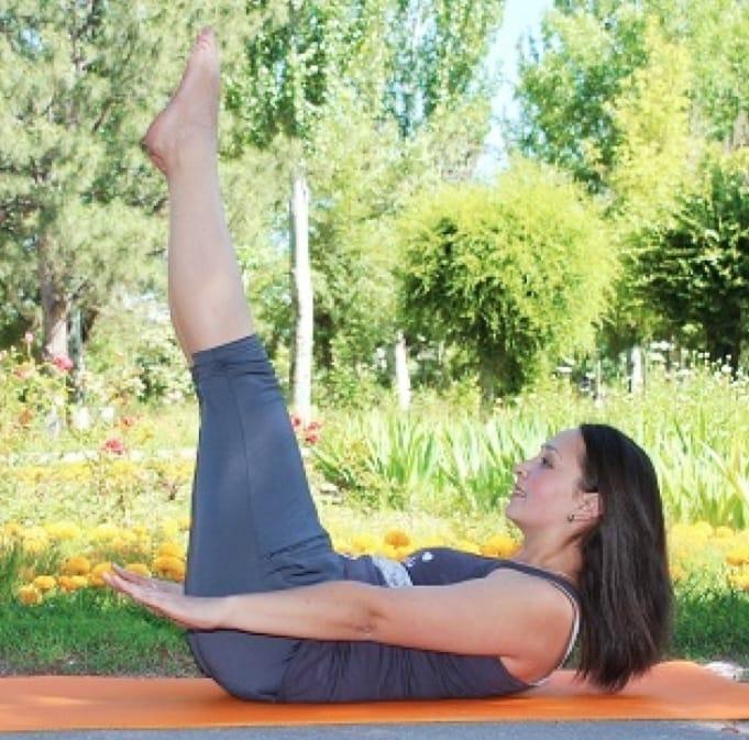 Толстушка делает йогу