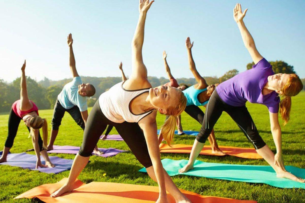 Йога на улице групповое занятие